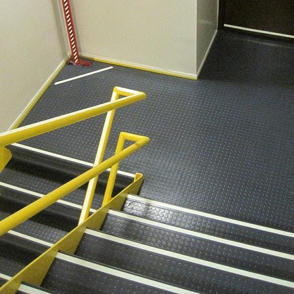 Kluczynski Federal Building - Handrail Marking, Wall-mounted Perimeter Demarcation